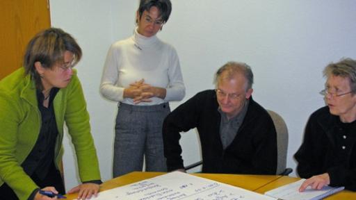 Das Analysieren journalistischer Beiträgen schärft die Wahrnehmung. V.l.n.r.: Elke Amberg, Birgitta M. Schulte, Rüdiger Offergeld, Sabine Stadtmüller.