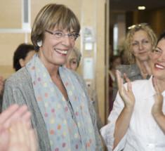 Preisträgerin Magdalena Kemper (Mitte) mit Laudatorin Ulrike Helwerth (rechts), Rechte: Eva Hehemann