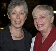 Preisträgerin Helga Kirchner (links) und Laudatorin Gerda Hollunder