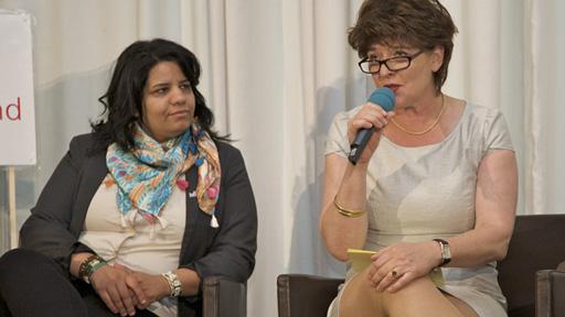 jb-Vorsitzende Andrea Ernst (re) im Gespräch mit Journalistin Amani Eltunsi