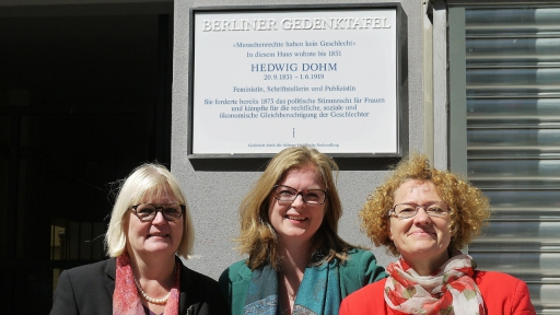 Rohner und Nikola Müller vor der Gedenkttafel am Haus in der Friedrichstraße 235 (Foto: Elke Brüser)