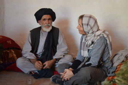Im Gespräch mit einem Stammesältesten / Flüchtlingslager in Kabul/ 2014 (Foto: ARD Studio Südostasien)