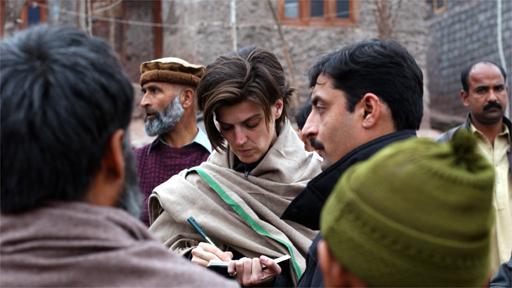 Carolin Emcke im Fluechtlingslager Manik Pian 1 in der Provinz Kashmir in der Naehe der pakistanischen Stadt Muzaffarabad. (Foto: Sebastian Bolesch)