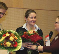Rebecca Beehrheide (jb-Vorsitzende, rechts) dankt den Keynote-Speakerinnen Claudia Cornelsen und Christine Gräbe (Foto: Corinna Klingler)