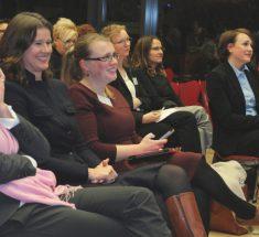 Blick in die erste Reihe: Inge Kloepfer, Dr. Alexandra Borchardt, Rebecca Beerheide (jb-Vorsitzende), Diana Löbl, Annette Jensen, Dr. Mechthild Veil, Gisela Brackert (Foto: Corinna Klingler)