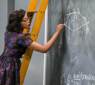 Katherine Jackson berechnet an einer Tafel eine Flugbahn