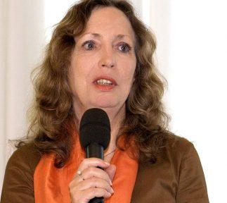 Sissi Pitzer, verantwortliche Redakteurin für das MedienMagazin B5aktuell spricht in ein Mikrofon