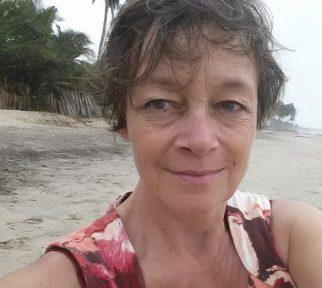 Kommunikationstrainerin Kerstin Kilanowski am Strand von Ghana