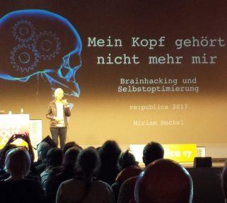 Miriam Meckel bei ihrem Vortrag über Cyberforschung am Gehirn bei der re:publica 2017