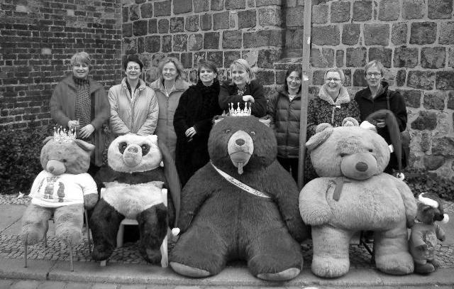 Frauen hinter einer Gruppe von Stoffbären