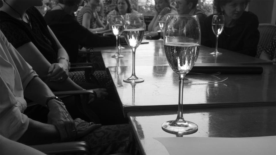 Tisch mit Sektgläsern