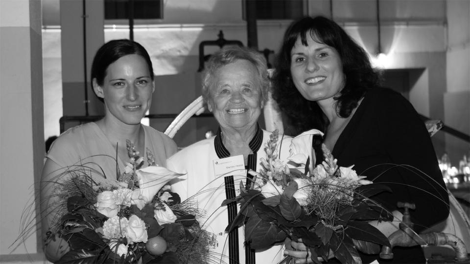 2008: Marlies Hesse mit den Preisträgerinnen Susanne Krieg und Miriam Opresnik (Foto: Frauke Langguth)