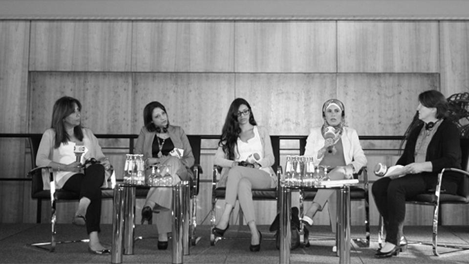 Journalistinnen sitzen auf einem Podium