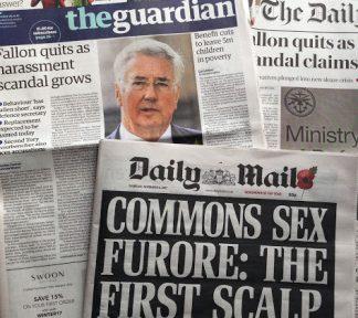 Englische Zeitungen mit Berichten über Fallon