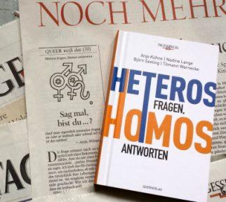 """Buch """"Heteros fragen, Homos antworten"""" liegt auf Zeitungsseite mit Kolumne"""