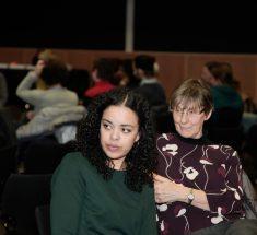 Die Journalistin Amna Franzke während der Diskussionrunde (© Lale Cakmak)