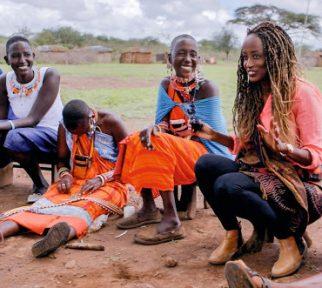 Leyla Hussein spricht mit Massai-Frauen über Genitale Verstümmelung