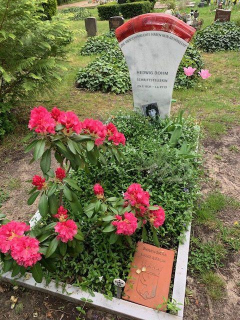 Ehrengrab für Hedwig Dohm in Berlin (Foto: Friederike Sittler, Mai 2020)