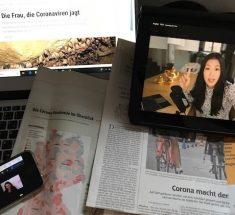 Blick auf Zeitungen und Bildschirme mit Coronaberichten