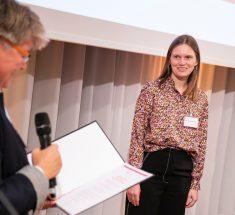 Links jb-Vorsitzende Friederike Sittler, rechts im Bild die Preisträgerin Mareike Nieberding