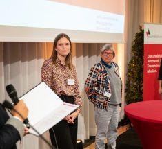 Die Preisträgerin Mareike Nieberding erhält eine Urkunde