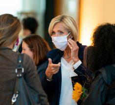 Eine Menschengruppe, in der Mitte Petra Gerster. Sie trägt einen weißen Mund-Nasen-Schutz.