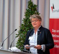 Friederike Sittler steht am Redepult mit Moderationskarten in der Hand