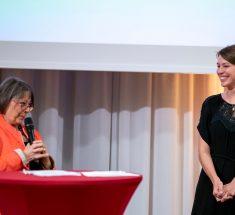 Sabine Zurmühl und Fabienne Hurst im Dialog auf der Bühne