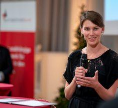 Die Preisträgerin Fabienne Hurst hält eine Dankesrede