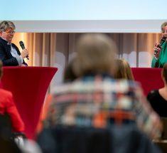 Friederike Sittler (links) und Prof. Dr. med. Gabriele Kaczmarczyk (rechts) stehen auf der Bühne