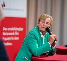 Prof. Dr. med. Gabriele Kaczmarczyk, Vizepräsidentin des Deutschen Ärztinnenbundes mit Mikrofon in der Hand