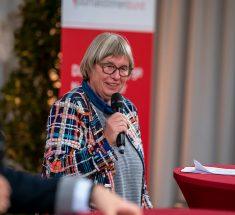Dr. Sibylle Plogstedt, Vorsitzende der Jury des Courage-Preises mit Mikrofon in der Hand