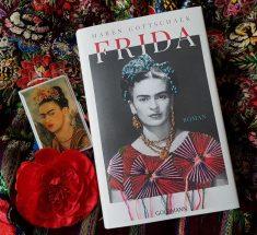 """Auf bestickten Stoffen aus Mexiko liegt das Buch """"Frida"""""""