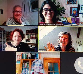 Schnappschuss vom Online-Meeting - fünf Frauen lächeln in ihre Laptops