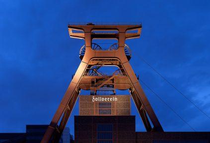Förderturm der ehemaligen Zeche Zollverein im Abendlicht